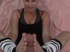 Sexy gymnast in legwarmers gives an amazing foot job