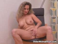 Euro milf ameli manhandles her pussy with her fingers