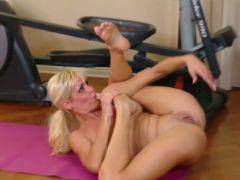Fitness busty blonde mikki lynn fingering for orgasm